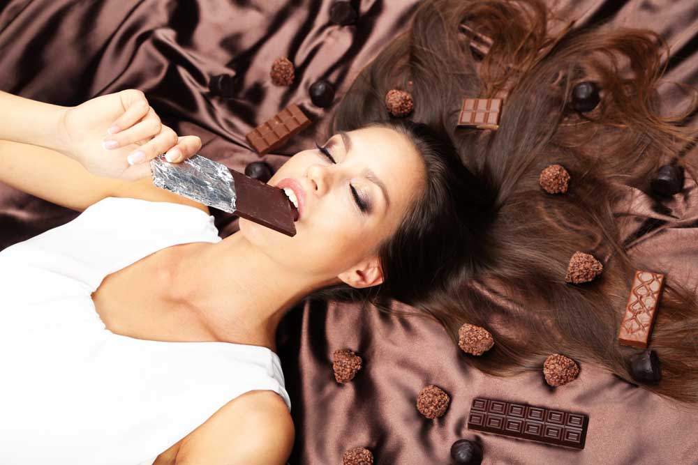 Bakini savjeti Woman lying on brown atlas covered by chocolate and candies