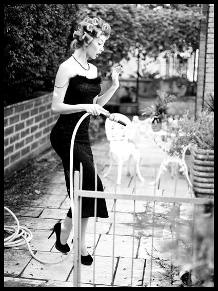 žena s crnim potpeticama